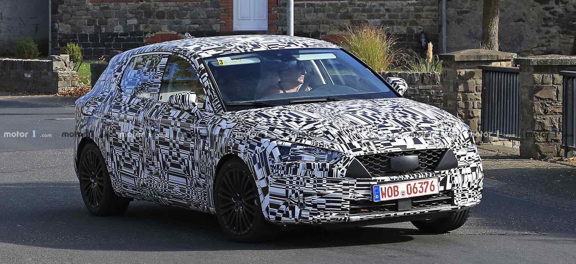 New SEAT Leon Spied With Production Body And Lights