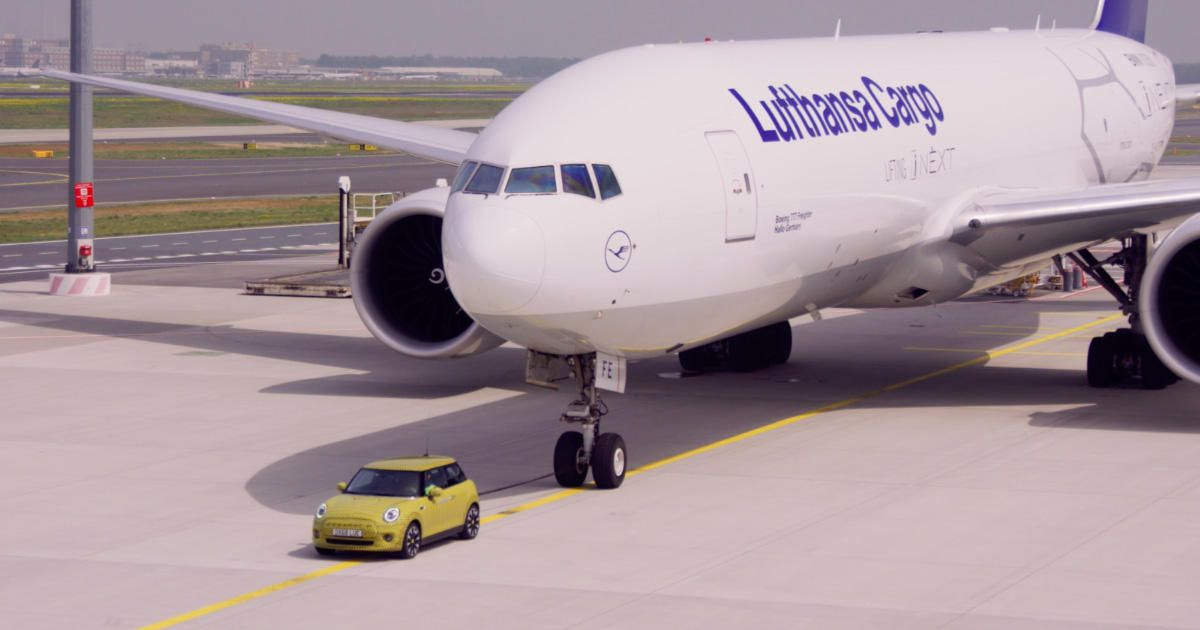 Electric Mini tows a Boeing 777 airplane, because why not?