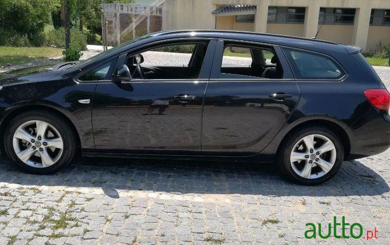 2011 Opel Astra Sports Tourer in Oeiras, Portugal - 4